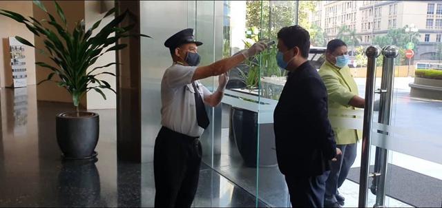 画像: クアラルンプール市内ホテル入口 レストラン同様に検温とアルコール消毒を行いロビーに入ります。 弊社現地スタッフ撮影[7月21日]