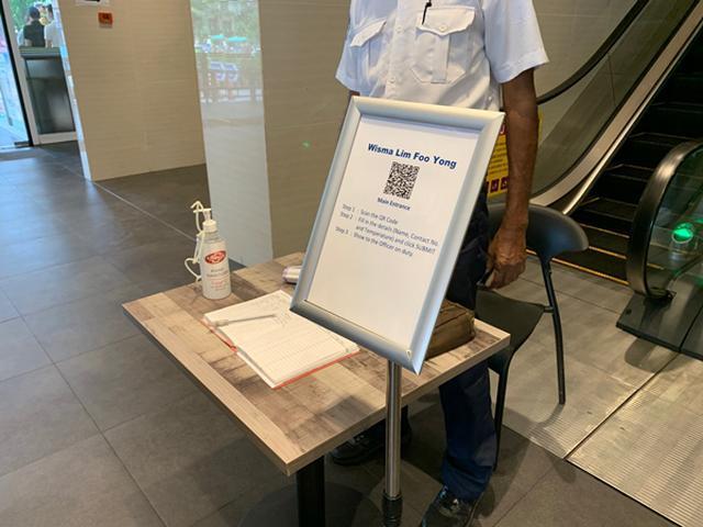 画像: レストラン入口 弊社現地スタッフ撮影[7月21日撮影] ~レストランも同様に、入口ではQRコードを読み取り個人情報の入力と検温、消毒の対応をしています~
