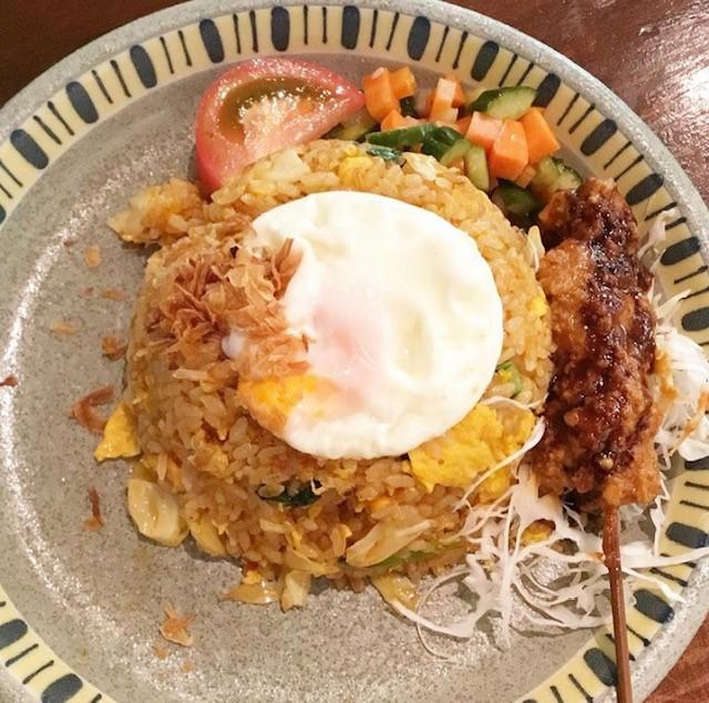 画像: インドネシア料理名物「ナシ・ゴレン」 提供:チャべ目黒店公式Instagram