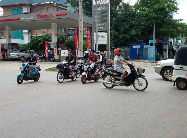 画像: (バイクに乗る人々の様子/6月末弊社スタッフ撮影)