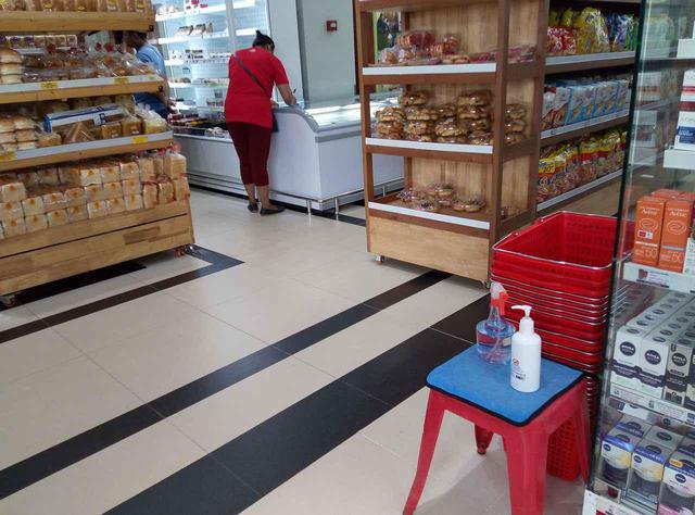 画像: (店内の各コーナーにもアルコールが設置されています/6月末現地スタッフ撮影)
