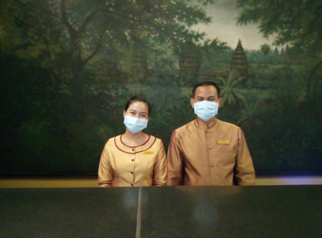 画像: ホテルの従業員は全員マスク着用でお出迎え(6月末現地スタッフ撮影)