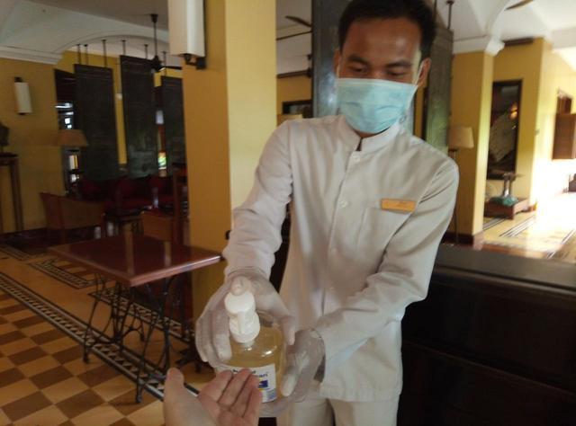 画像: ホテルの入口ではアルコールしっかり消毒(6月末現地スタッフ撮影)