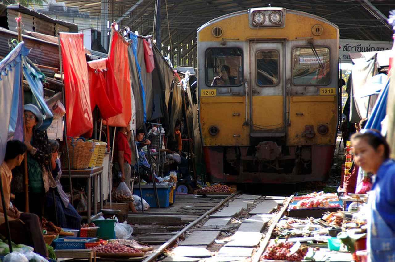 画像: すれすれの場所を通る列車の姿は一見の価値あり!(写真提供:タイ国政府観光庁)