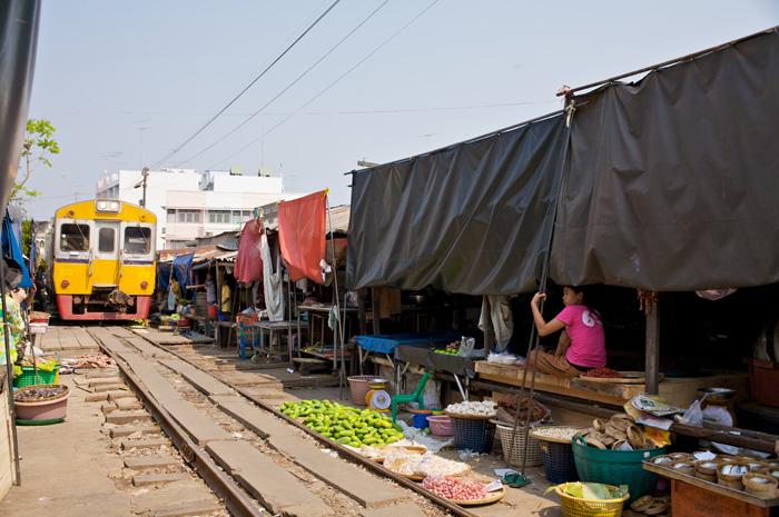 画像: メークロン市場(写真提供:タイ国政府観光庁)