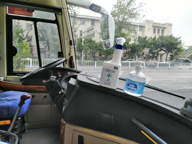 画像: 北京・バスの様子/提供:現地手配会社(9/2撮影) バス車内にはアルコール消毒を常備し、バスにご乗車いただく際にはアルコール消毒を行っていただきます