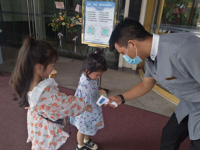 画像: 桂林ホテルの様子/提供:現地手配会社(9/2撮影) ホテル入口で検温を行っております