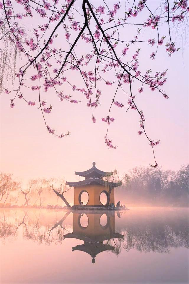 画像: 早朝の痩西湖 長堤の先に立つ亭。四面にある丸い門から、丸い縁の景色写真が撮れます(イメージ)