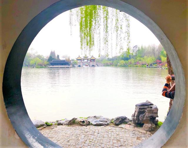 画像: 長堤が湖の奥まで伸びているため、その先に建てられた亭から五亭橋と白塔などが見られます。(弊社スタッフ3月撮影 イメージ)