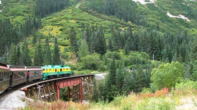 画像: 渓谷を走り抜けるホワイトパス&ユーコン鉄道 スキャグウェイにて