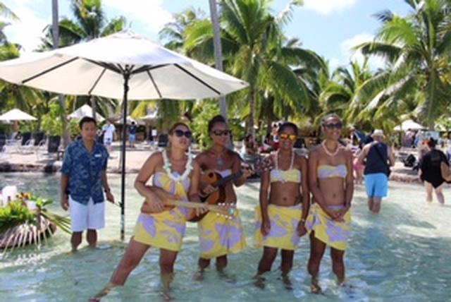 画像: クルーがウクレレを弾きながら迎えてくれます♪