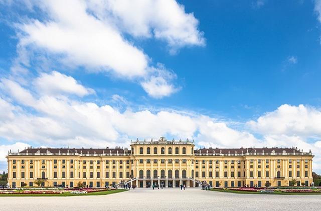 画像: 幼少期を過ごしたシェーンブルン宮殿
