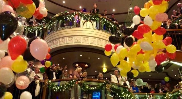 画像: 新年の幕開けと共に大量のバルーンを落とし、ダンスパーティーの始まりです!(イメージ)