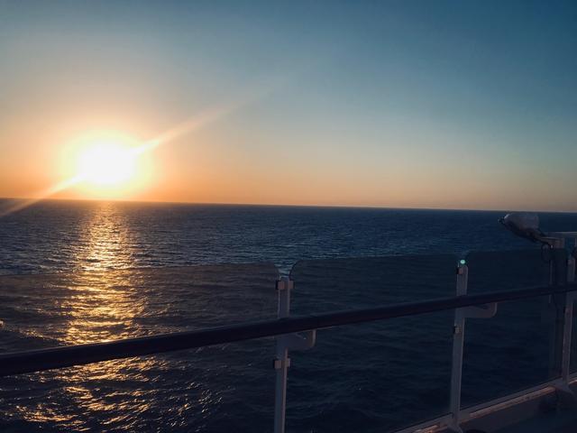 画像: クイーン・エリザベスからの夕日(イメージ) ※夕日や日の出などは天候によってご覧いただけない場合もございます