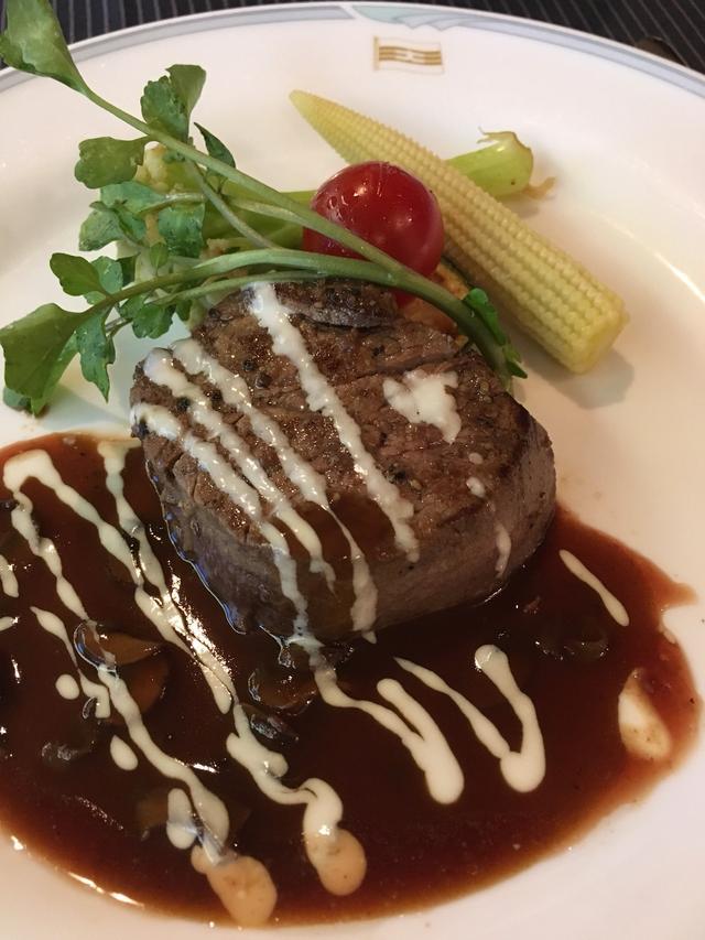 画像: 夕食でのお肉料理/丸山撮影