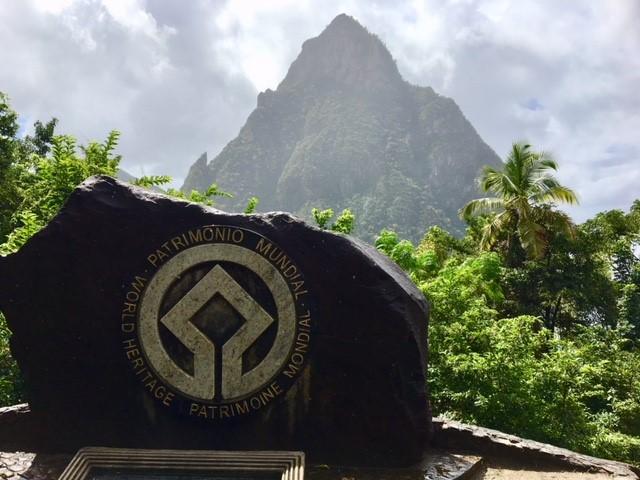画像: おすすめポイント②世界遺産ピトン山を眺めます!