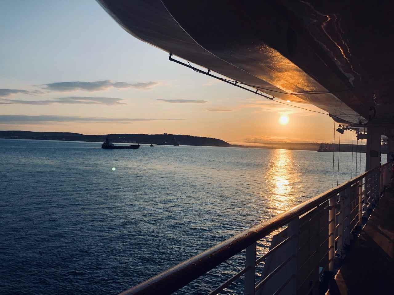 画像: 船から撮影したコルサコフの朝焼け(松本撮影)