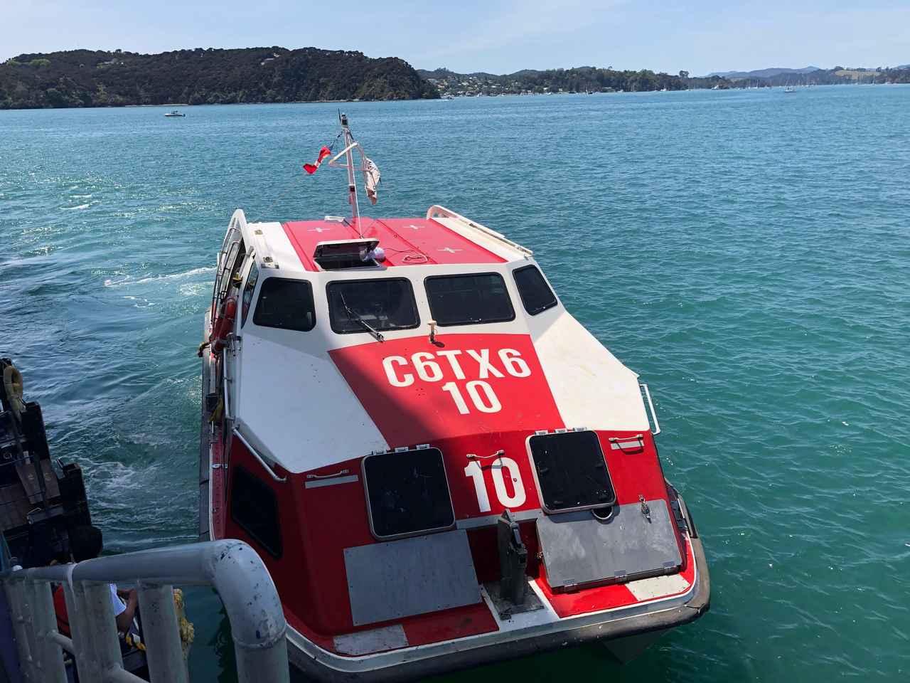 画像: テンダーボートで上陸/鈴木撮影(イメージ)