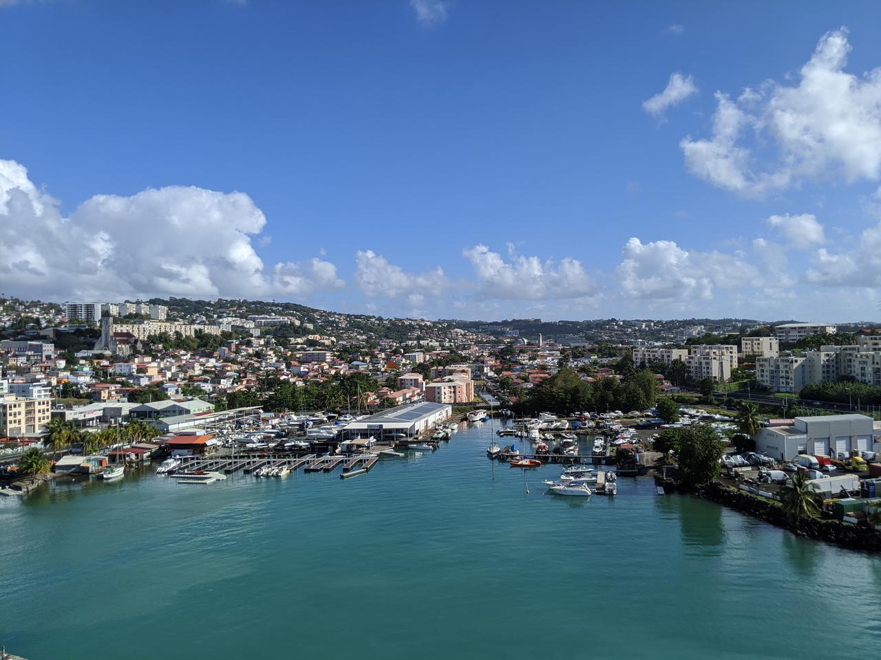 画像: 船上デッキから見るフォールドフランスの港/齋藤撮影