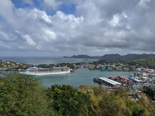 画像: カストリーズの港を見下ろすビューポイントにて/齋藤撮影