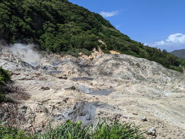 画像: 硫黄が湧き出るサルファースプリングの火口/齋藤撮影