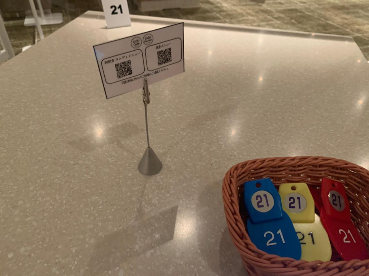画像: テーブル上のメニューQRコード(スタッフ撮影)