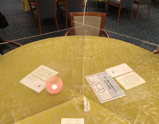 画像: アクリル板を使用したダイニングテーブル(筆者撮影)