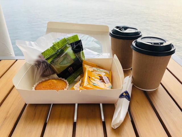 画像: オープンバーで提供されている軽食と飲み物(筆者撮影)