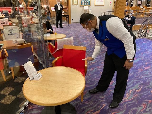 画像: 座席の消毒風景(イメージ/船会社提供)