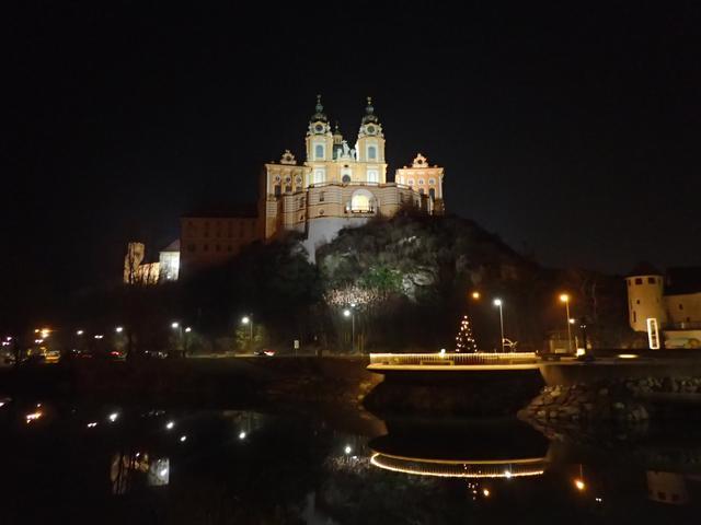 画像: ライトアップされたメルク修道院(弊社スタッフ撮影)