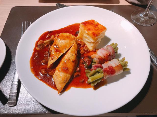 画像: 夕食のメイン料理・肉(弊社スタッフ撮影)