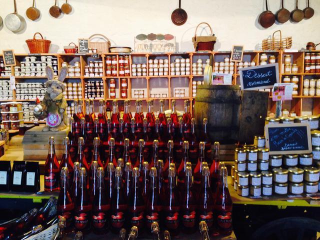 画像: 村内のお店に並ぶシードルやりんごジャム(弊社スタッフ撮影)