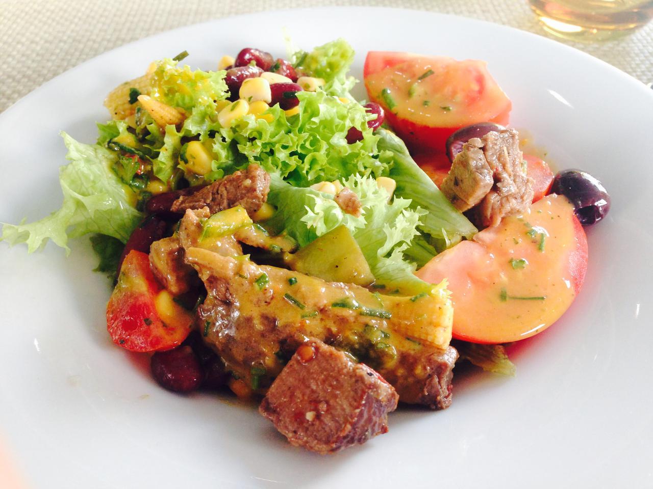 画像: 昼食 ボリューム満点のサラダ