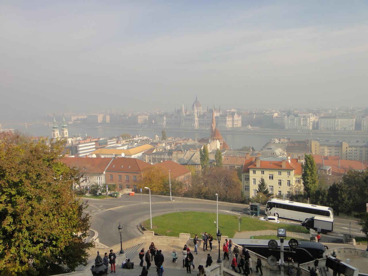 画像: ペスト地区を一望、川の向こうに国会議事堂(弊社スタッフ撮影)