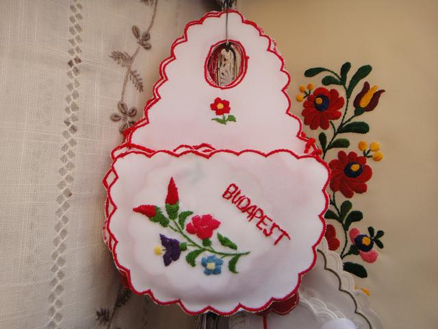 画像: ブダペストの刺繍入り小物(弊社スタッフ撮影)
