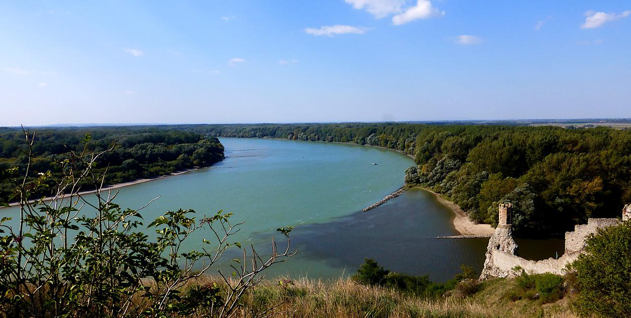 画像: ハンガリーの大平原と騎馬民族の名残り