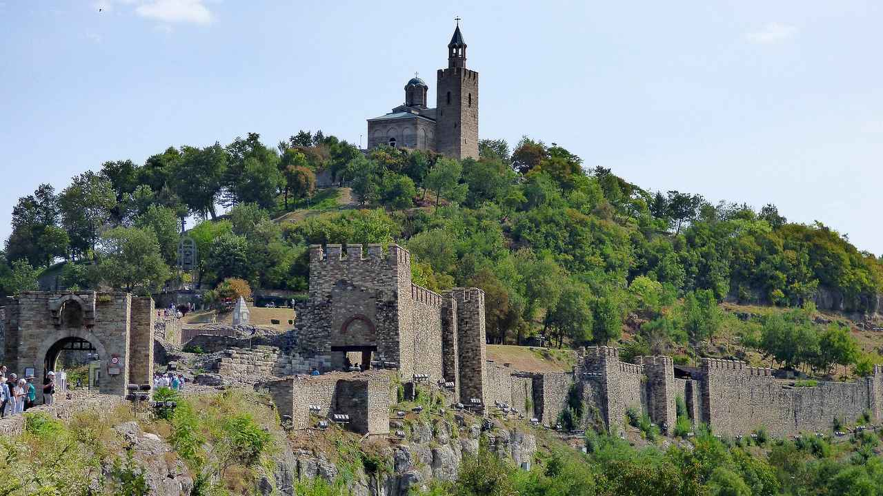 画像: ツァレヴェッツの丘。丘の上には大主教区教会がそびえる。
