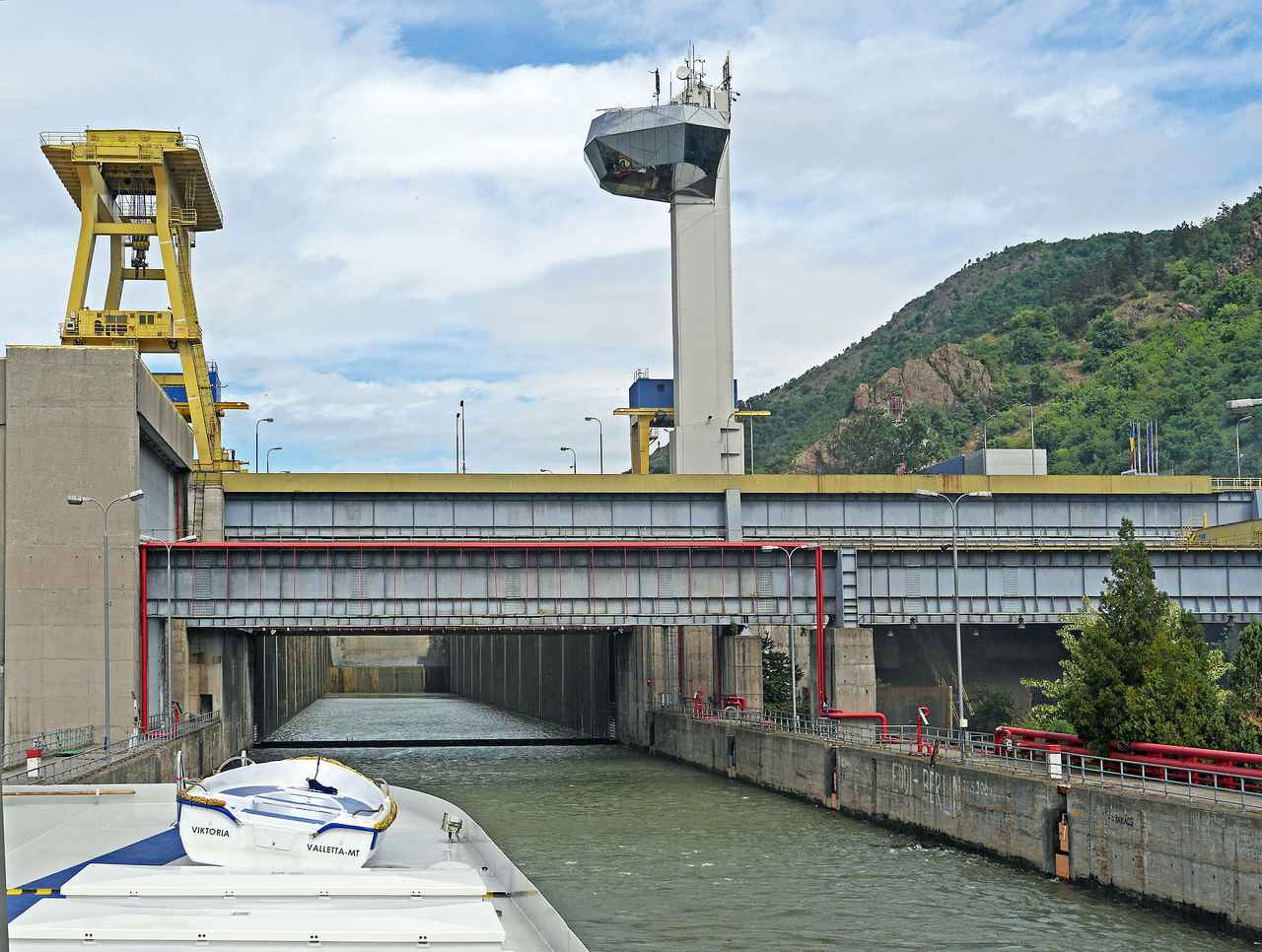 画像: プール(閘門)に入って水位を調整している様子