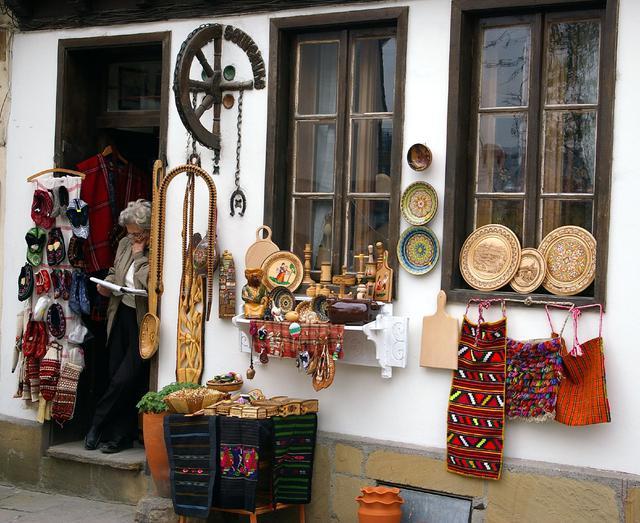 画像: 数百年続く職人街には、陶器や織物の店も多い。お土産探しにもぴったり ⒸDonald Judge