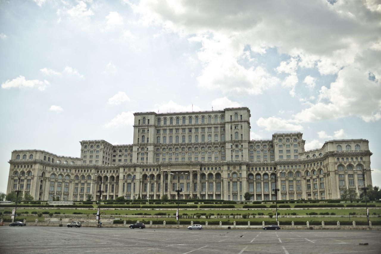 """画像: """"国民の館""""とも呼ばれる議事堂宮殿 独裁者チャウシェスク大統領が巨額を投じて建てた ⒸMarco Fieber"""