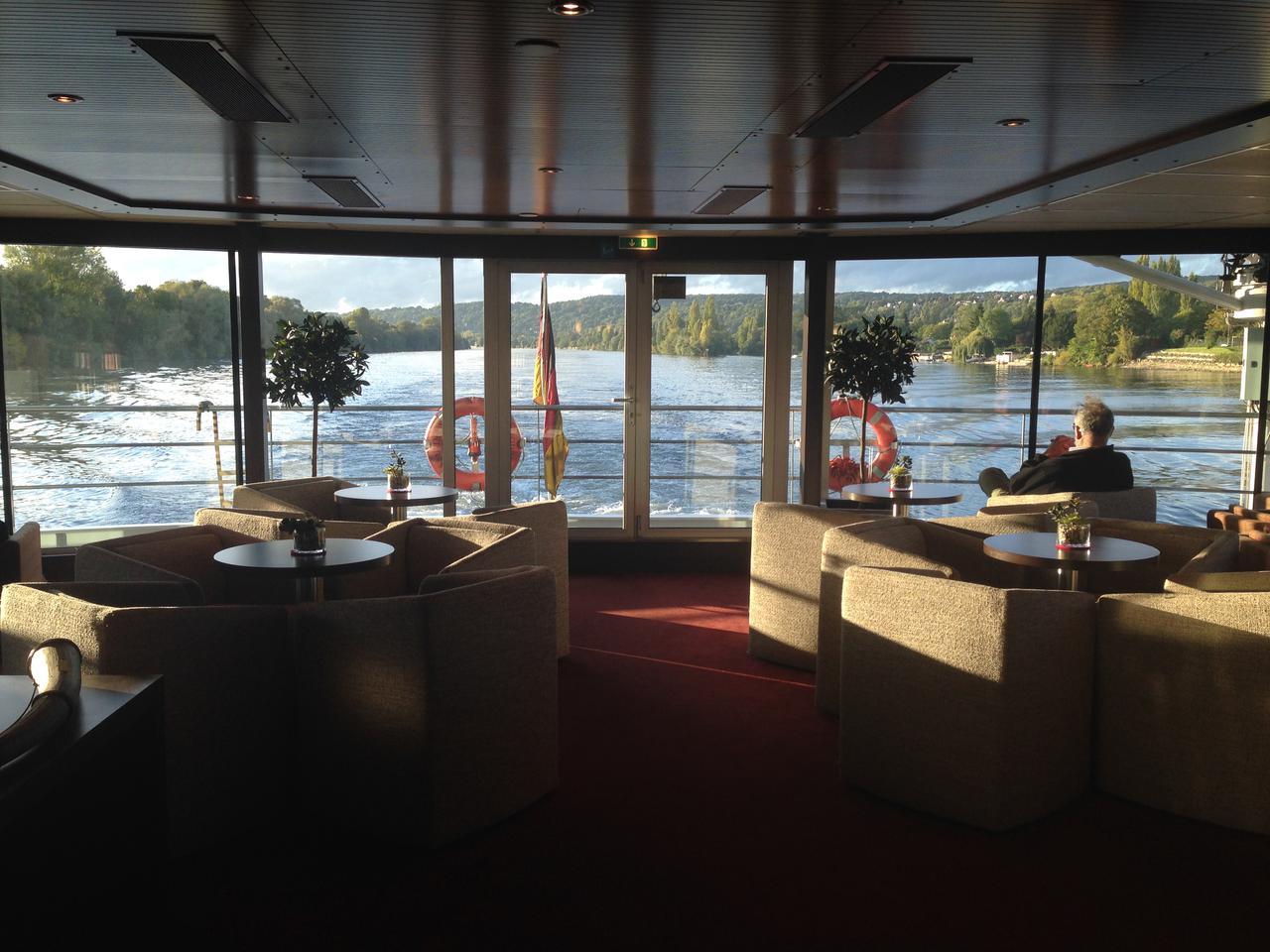 画像: 船内ラウンジから180度の景色を堪能(スタッフ撮影)