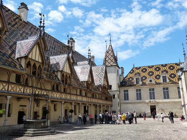 画像: 美しいモザイク屋根が印象的なオテル・デュー(イメージ)