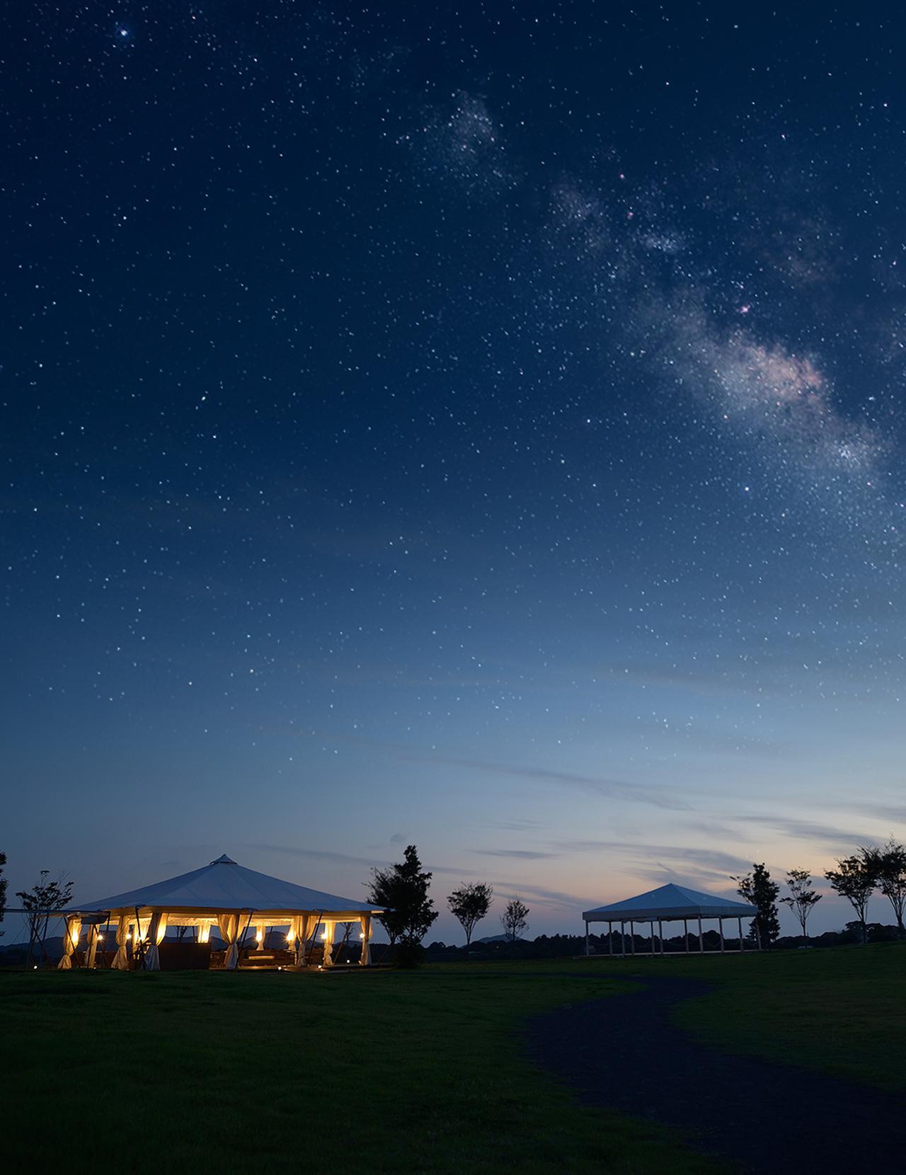 画像: 雄大な自然を望むリゾートホテルから眺める星空