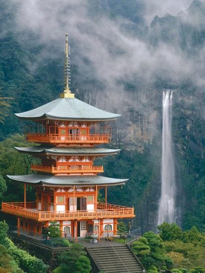 画像: 青岸渡寺と那智の滝