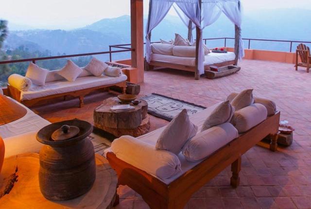 画像: ヒマラヤを望むお部屋のテラス