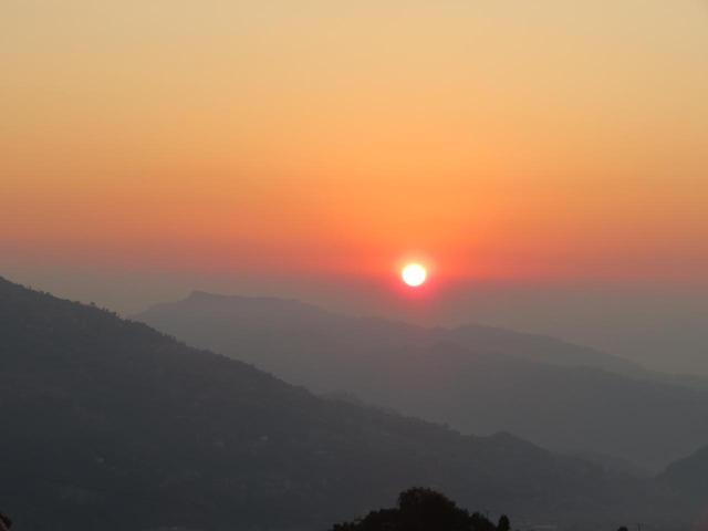 画像: 展望台・サランコットの丘からの神々しい日の出(同行添乗員撮影)