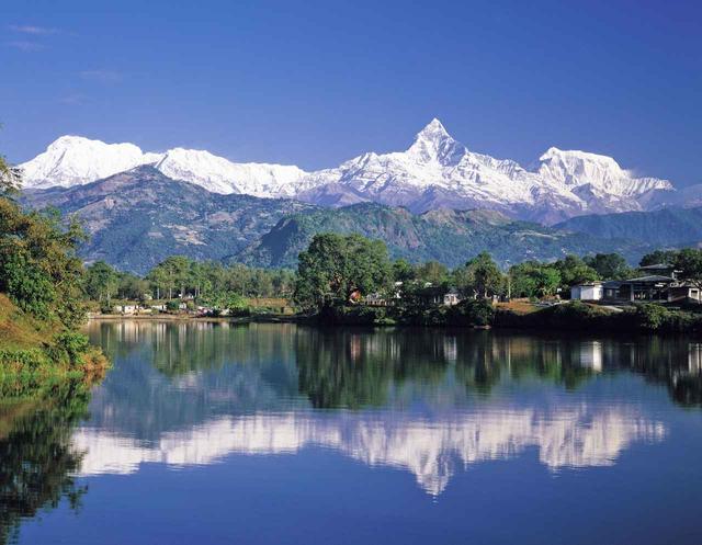 画像: ペワ湖から眺めた・マチャプチャレとアンナプルナ山群
