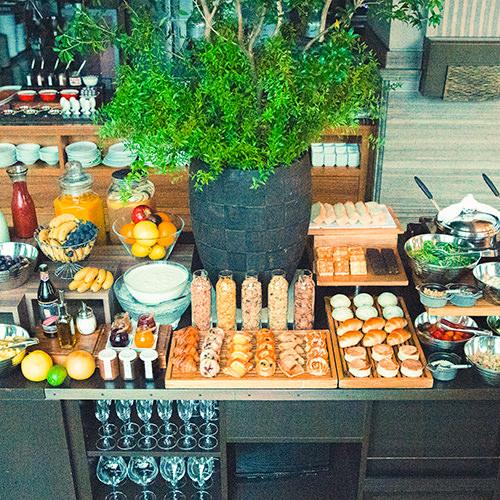 画像: 朝からワインやスムージーもお楽しみいただけるご朝食