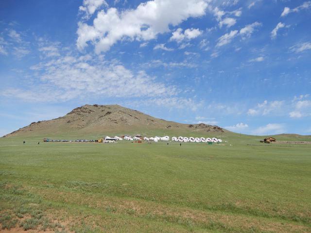 画像: モンゴルの大草原とゲル(添乗員撮影)