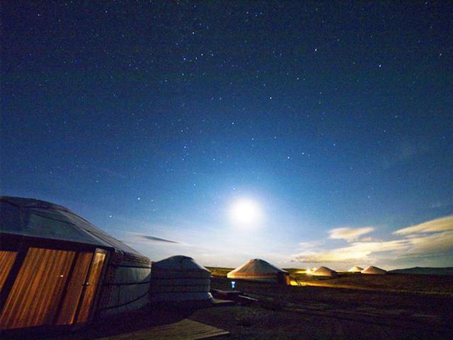 画像: ゲルの外観・夜景と星空(HSハーンリゾート提供)